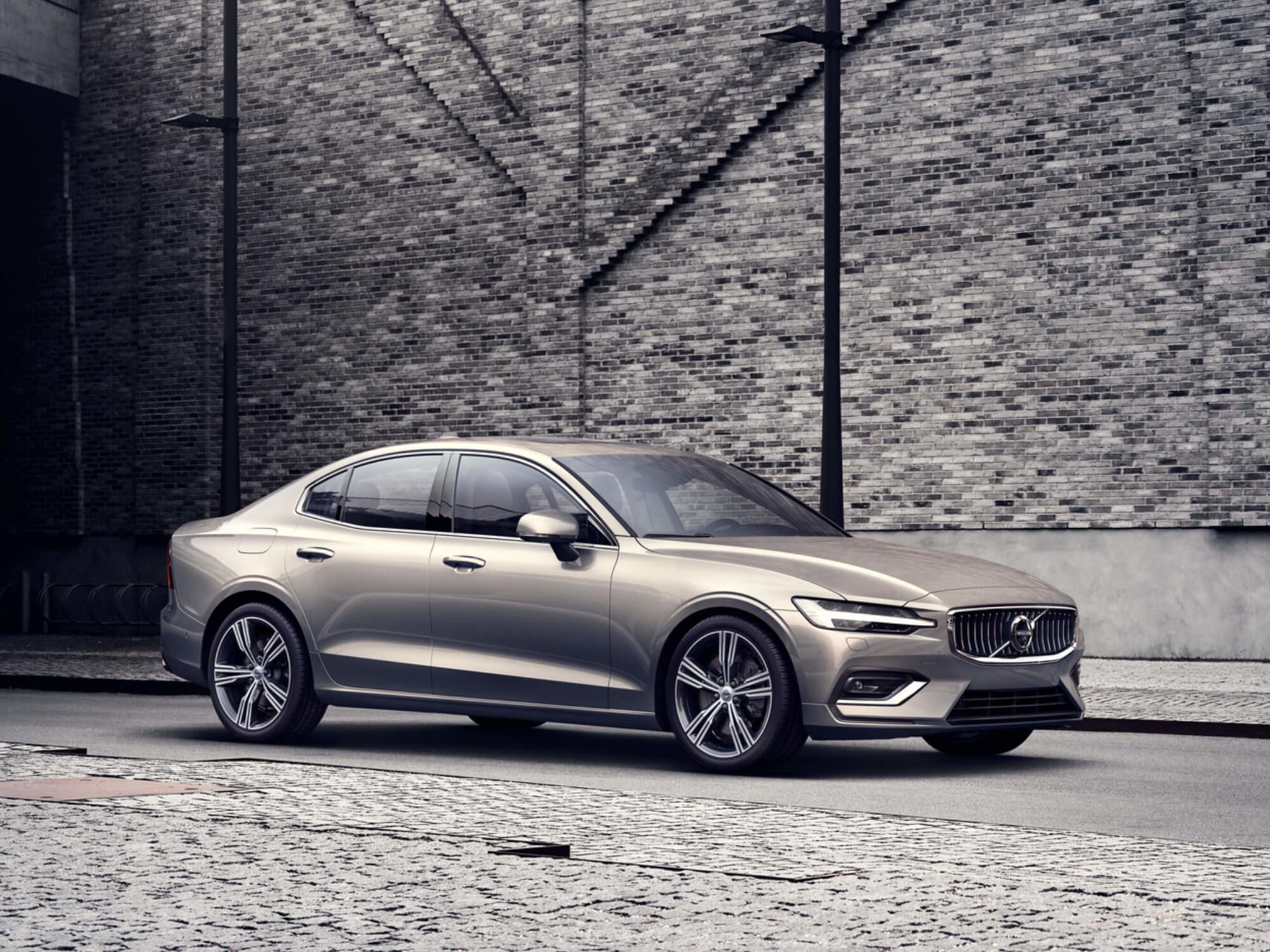 Volvo S60 Mild Hybrid bij muur