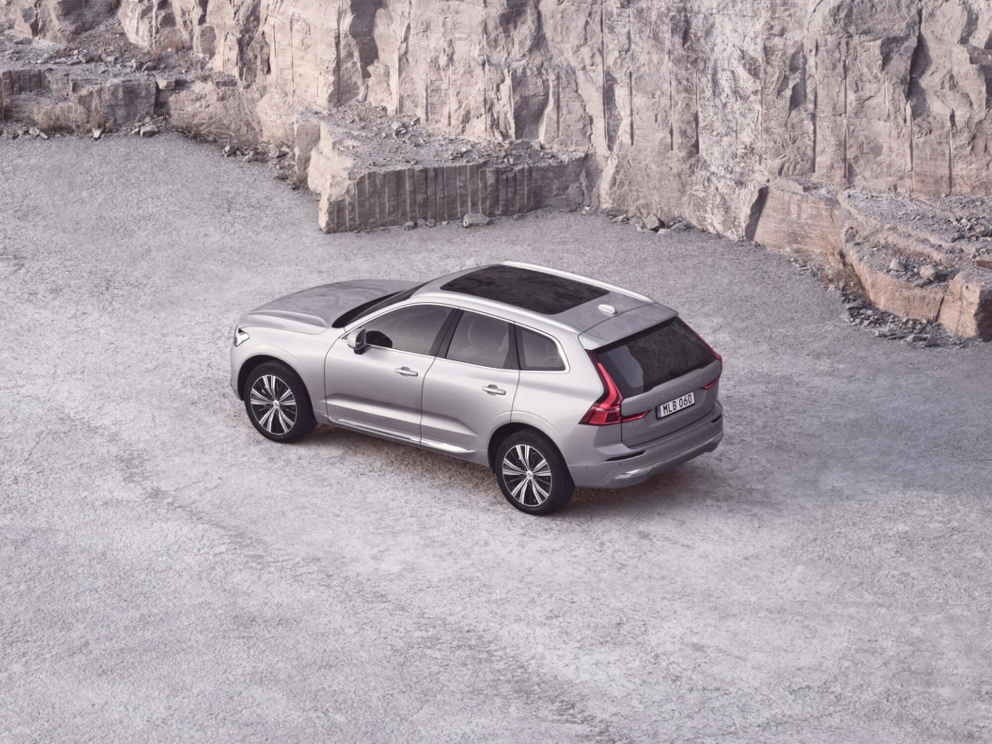 Volvo XC60 Inscription Expression schuin bij een muur
