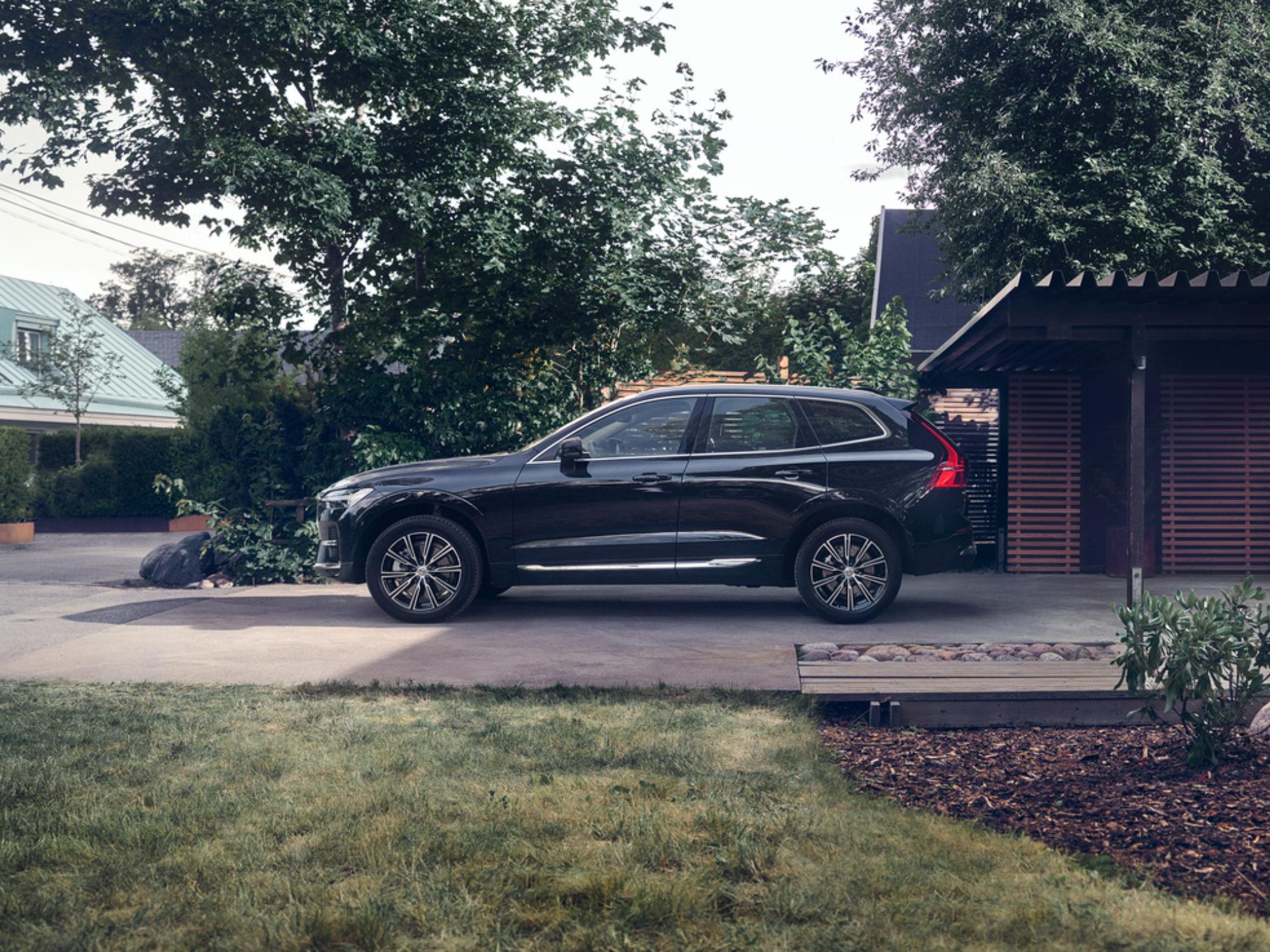 Volvo XC60 Mild Hybrid schuin op een oprit